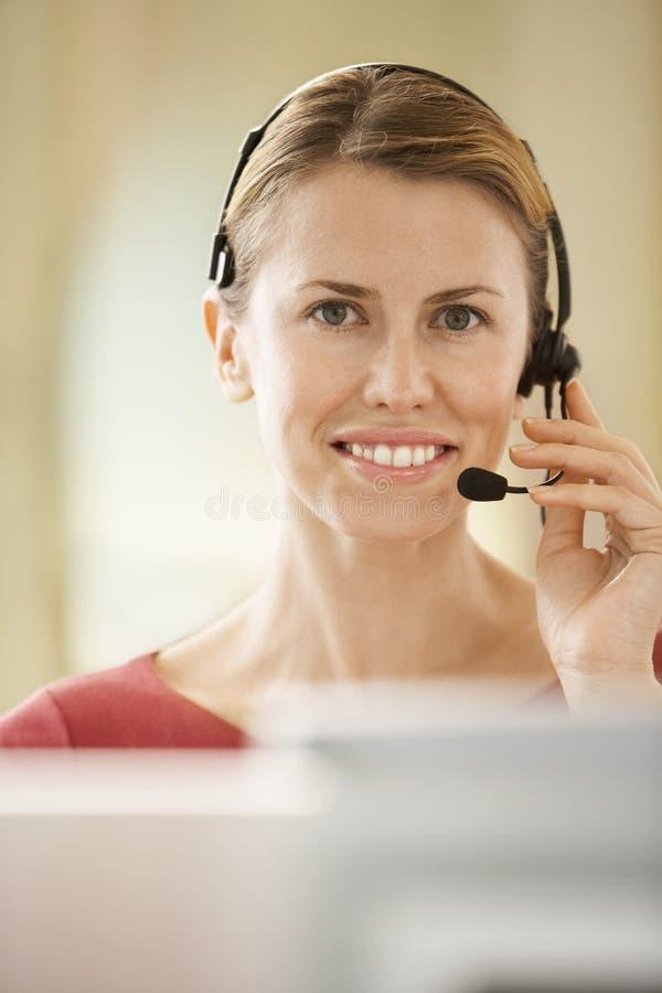 顾客服务操作员佩带的耳机 免版税库存图片