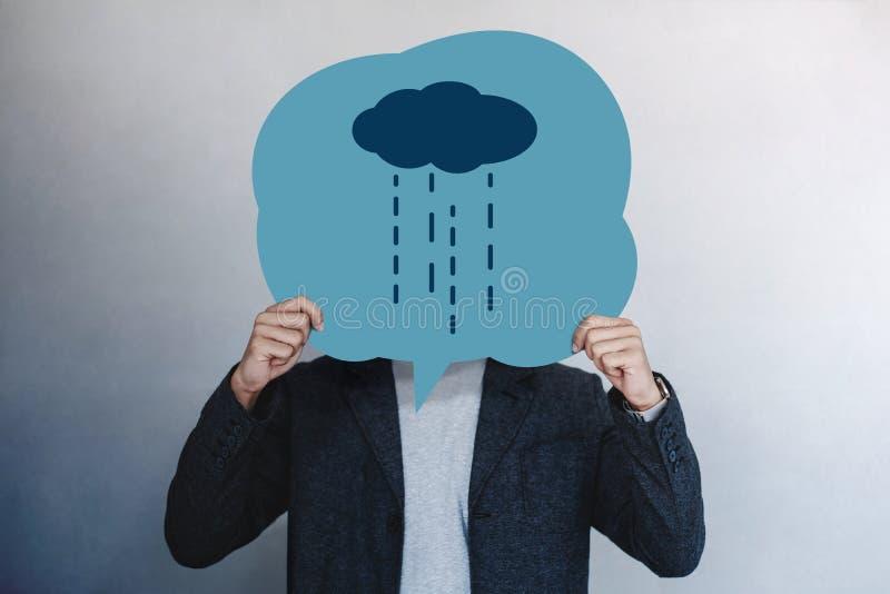 顾客经验或人的情感概念 当前他不快乐的感觉的人由拉长的线在讲话泡影的动画片面孔 免版税库存图片