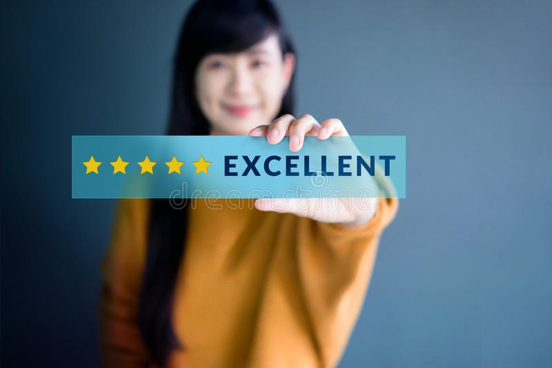 顾客经验概念,愉快的妇女展示优秀对估计的w 免版税库存照片
