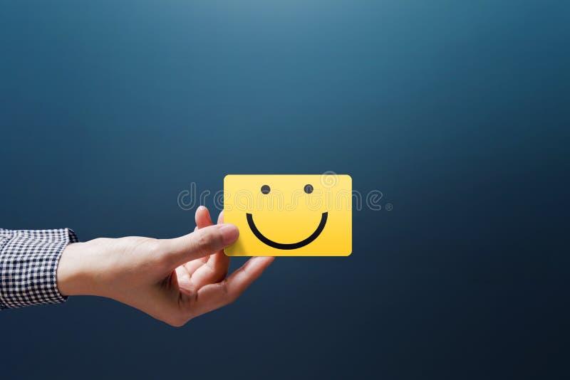 顾客经验概念,愉快的客户妇女展示反馈 免版税库存照片