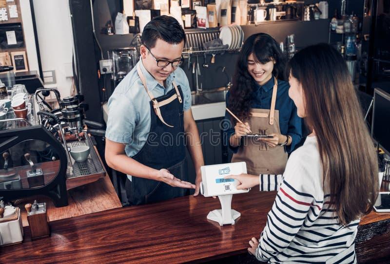 顾客自已服务顺序与片剂屏幕和pa的饮料菜单 库存照片