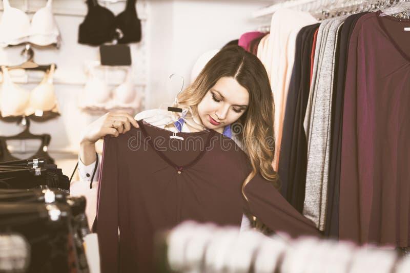 顾客选择相当长的袖子衬衣 免版税库存照片