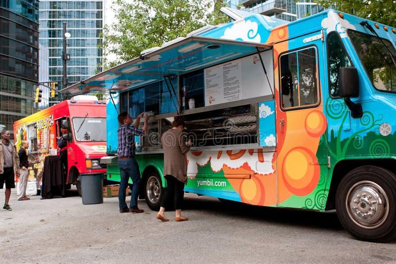 顾客从五颜六色的亚特兰大食物卡车的定货饭食 图库摄影