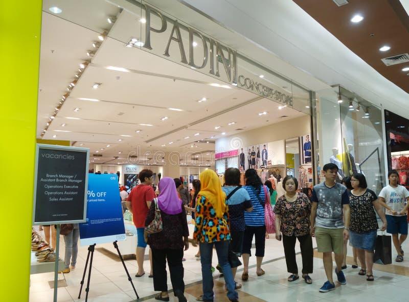 顾客购物新的布料在Padini商店在新山, Mal 图库摄影
