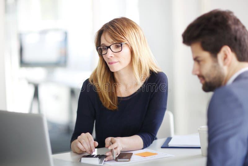 顾问和她的客户 免版税库存照片