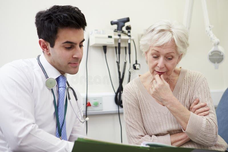 顾问谈论测试结果与患者 免版税库存照片