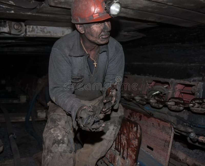 顿涅茨克,乌克兰- 2013年8月, 16日:矿工修理煤矿业的c 库存照片