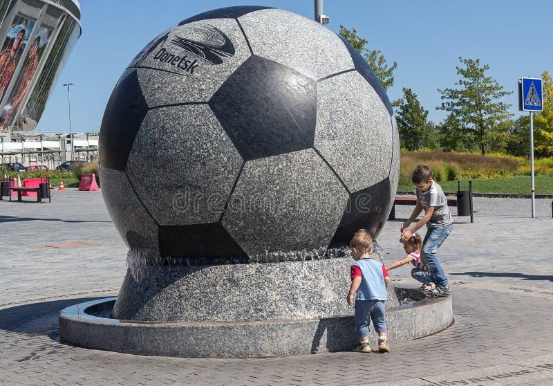 顿涅茨克,乌克兰- 2015年8月22日:使用在喷泉体育场Donbass竞技场附近的孩子 库存照片