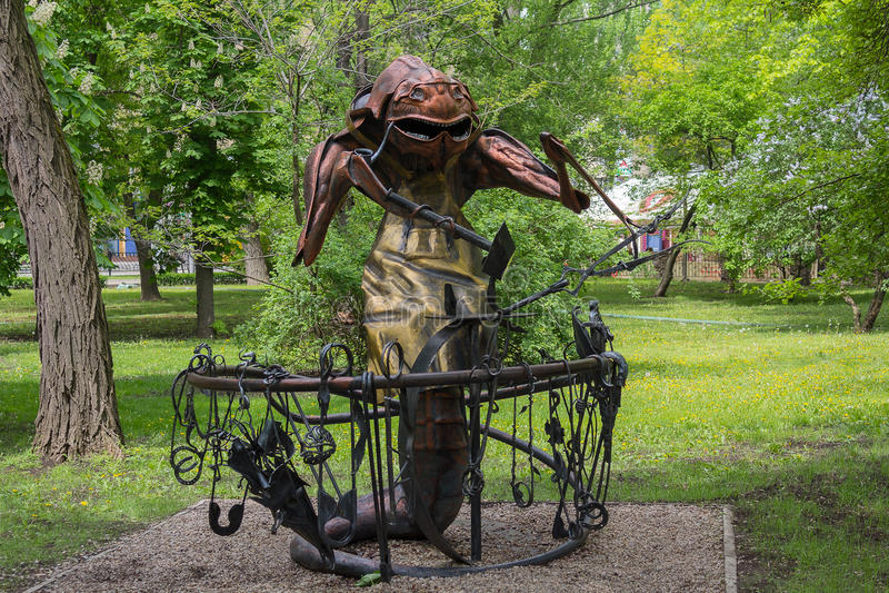 顿涅茨克,乌克兰- 2017年5月09日:在一把铁砧附近电烙甲虫的雕象在公园 免版税图库摄影