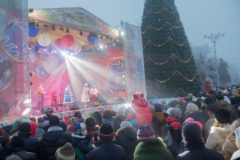 顿涅茨克,乌克兰- 2016年12月23日:城市的居民列宁方形庆祝的 库存照片