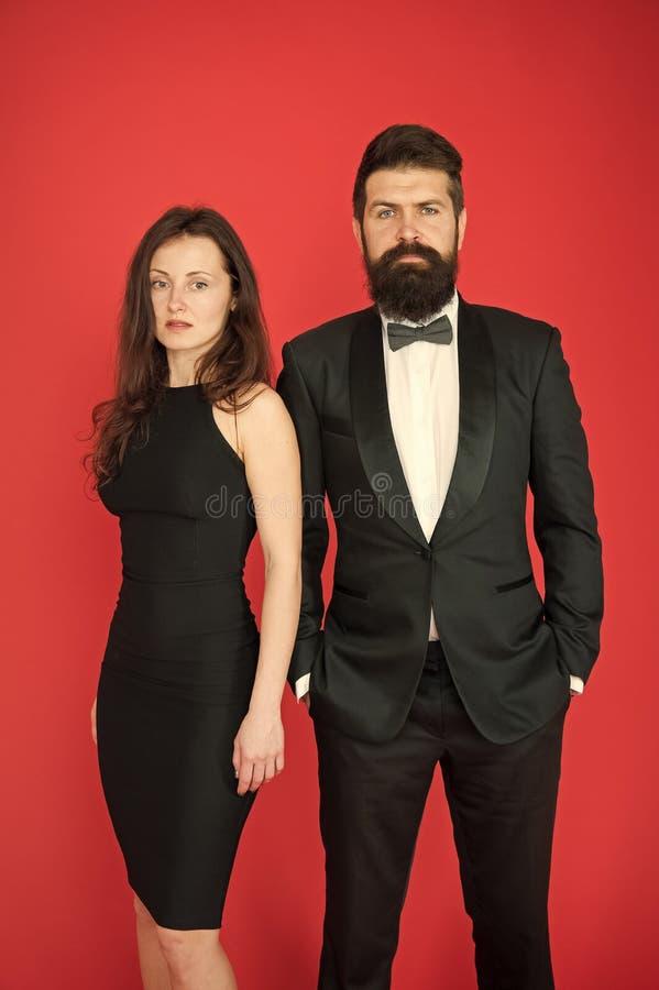颁奖典礼概念 有胡子的绅士穿戴无尾礼服女孩庄重装束 正装代码 参观的事件或仪式 免版税库存图片