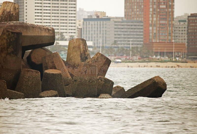 预制混凝土荚在一只跳船结束时在海 库存图片