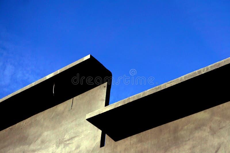 预制的混凝土墙壁反对一天空蔚蓝的与露天场所-图象 库存图片