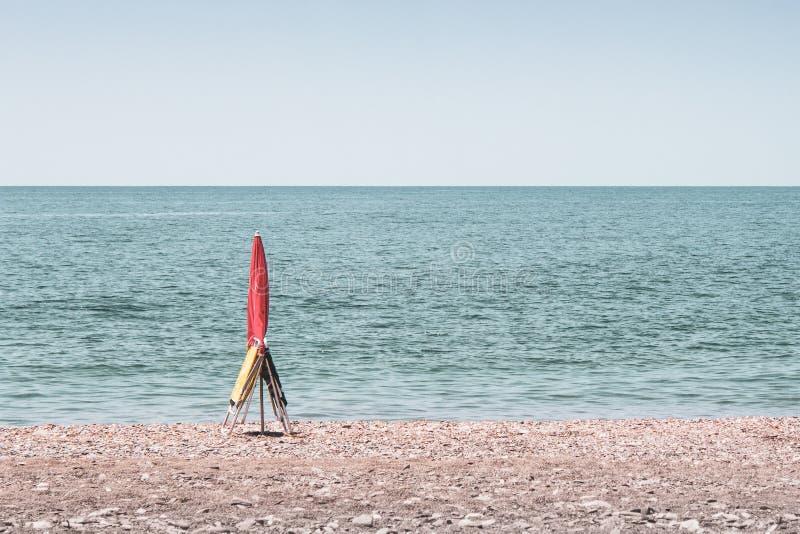 预定在海滩的伞和两把椅子斑点在马拉加Andalucía西班牙 免版税库存图片