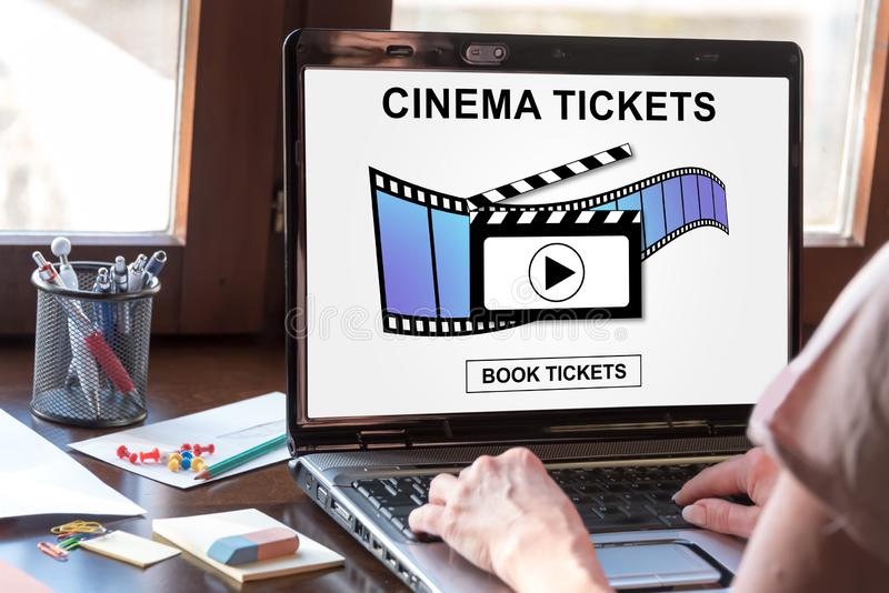 预定在膝上型计算机屏幕上的网上戏院票概念 免版税库存照片