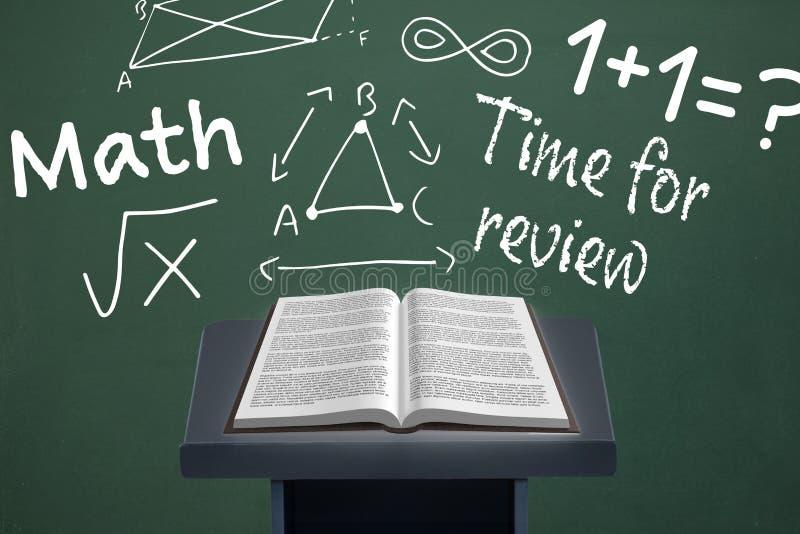 预定在讲话桌上反对有教育和学校图表的绿色黑板 皇族释放例证