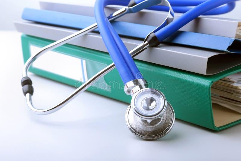 预定文件夹文件、听诊器、红色心脏和RX处方隔绝在白色背景 免版税库存照片