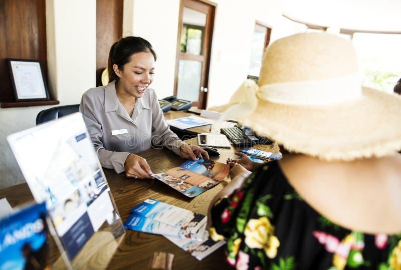 预定游览的客人在旅馆 免版税库存照片