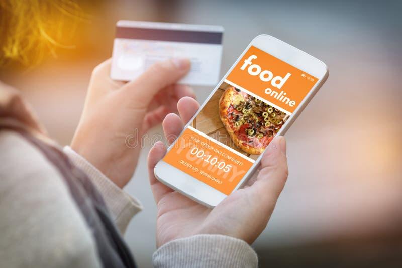 预定的食物在网上由智能手机 免版税图库摄影