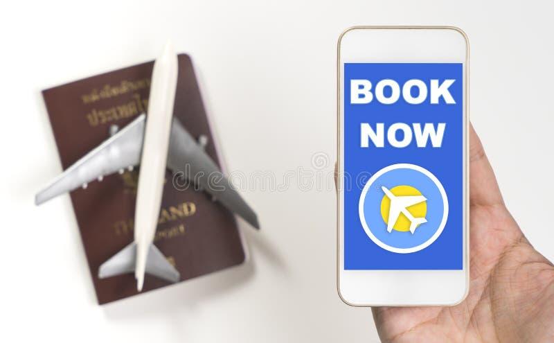 预定网上飞机票在手机屏幕上 库存照片