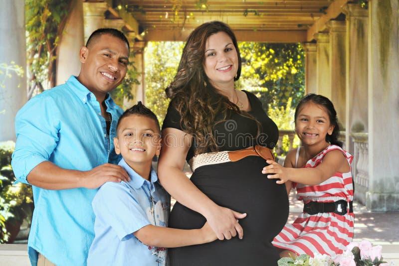 预期两种人种的家庭 免版税图库摄影
