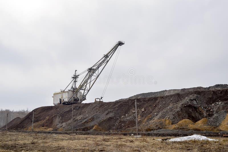 预期运输存贮的机车车辆的大走的挖掘机过重的负担在转储 免版税库存图片