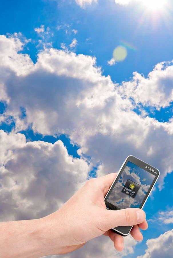 预测现有量smartphone天气 免版税库存照片