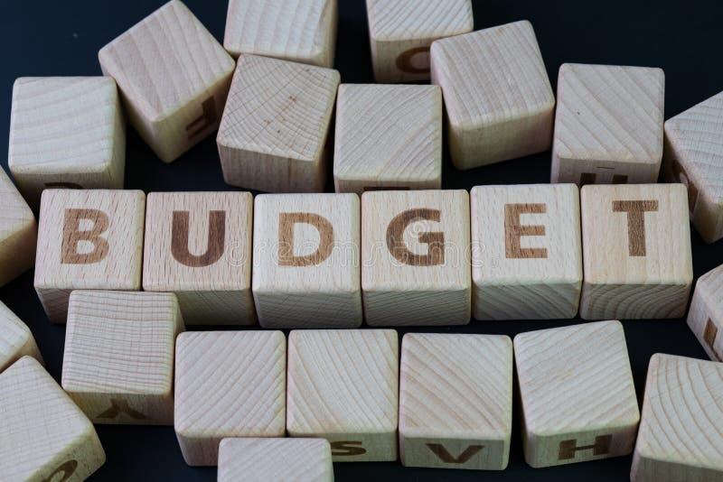 预算、半文盲在费用和费用概念由立方体木块与修造词预算的字母表在中心 库存图片