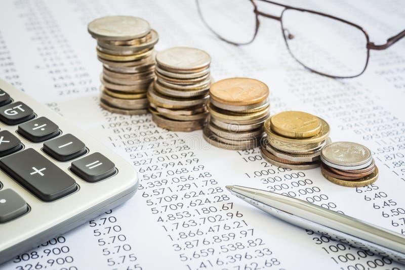 预算和税务计划与培养硬币堆 免版税库存图片