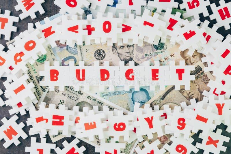 预算想法,有字母表combin的丰盈白色难题竖锯 图库摄影