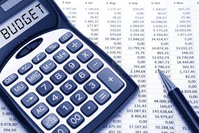 预算溢出的粗麻布硬币概念漏洞乘坐的大袋 免版税库存图片