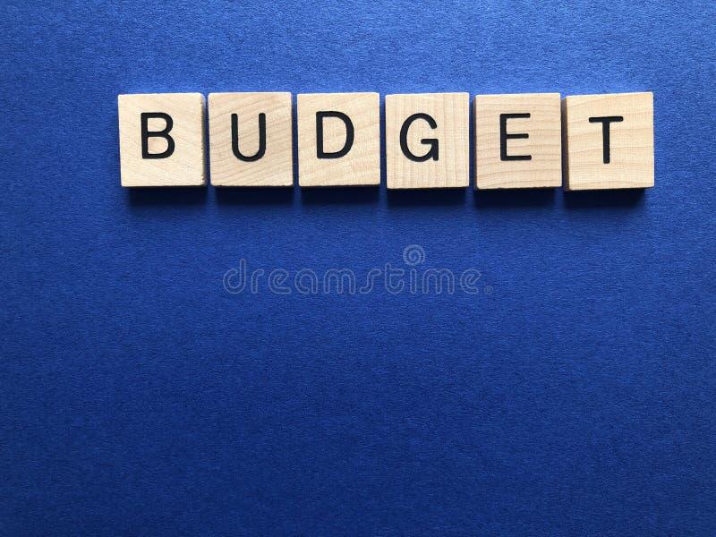 预算,在木3d字母表信件 免版税库存图片