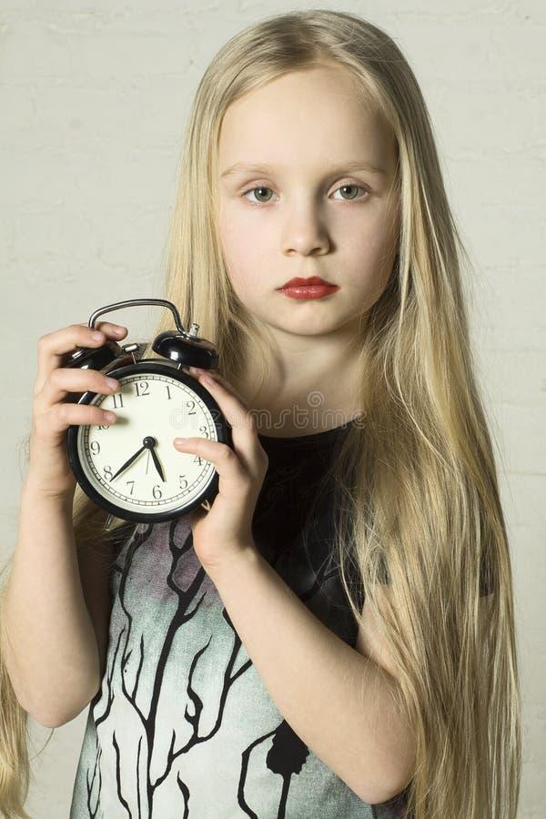 预警美好的时钟女孩藏品 免版税图库摄影