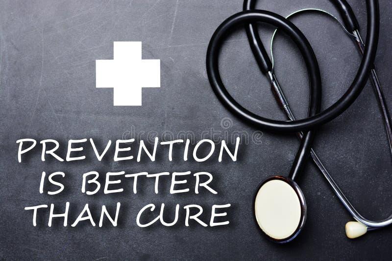 预防比在黑板的治疗文本好在医疗对象和标志附近 免版税库存图片