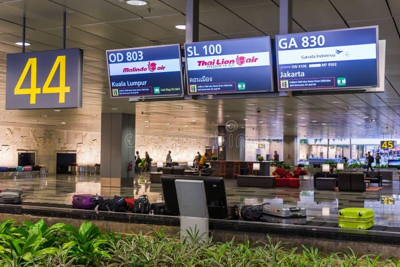 领取行李皮带输送机在樟宜机场中 到来霍尔 库存照片
