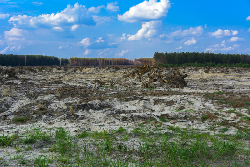 领域为非法琥珀色的采矿准备在日托米尔 免版税库存图片