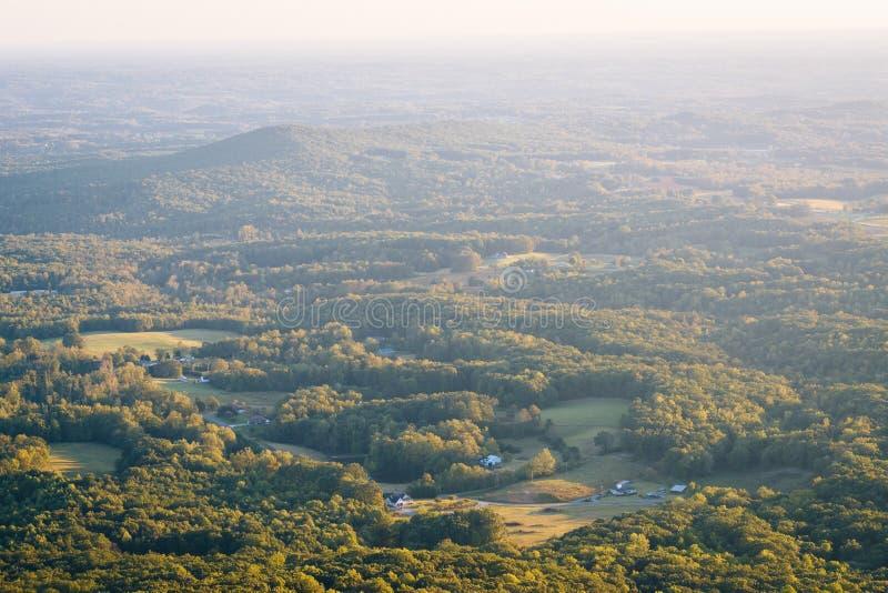 领域和房子看法一个谷的从试验山状态 免版税库存照片