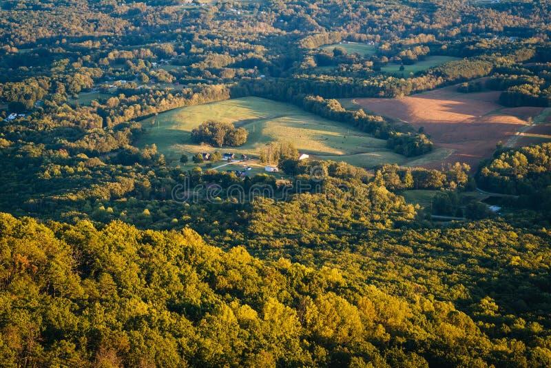 领域和房子看法从试验山国家公园,北部 免版税库存图片