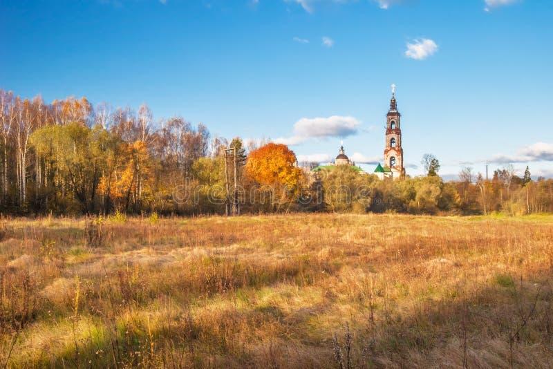 领域在与国家教会的秋天 免版税库存照片