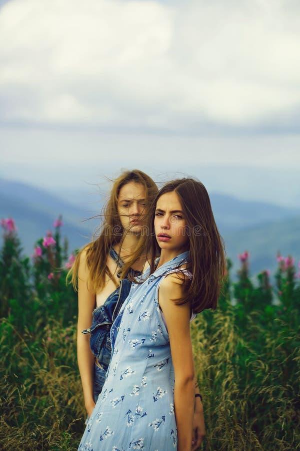 领域的两个俏丽的女孩 免版税库存照片
