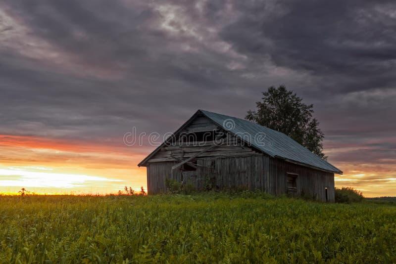 领域的偏僻的谷仓议院 免版税库存图片