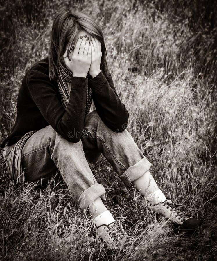 领域的孤独的哀伤的女孩 库存照片