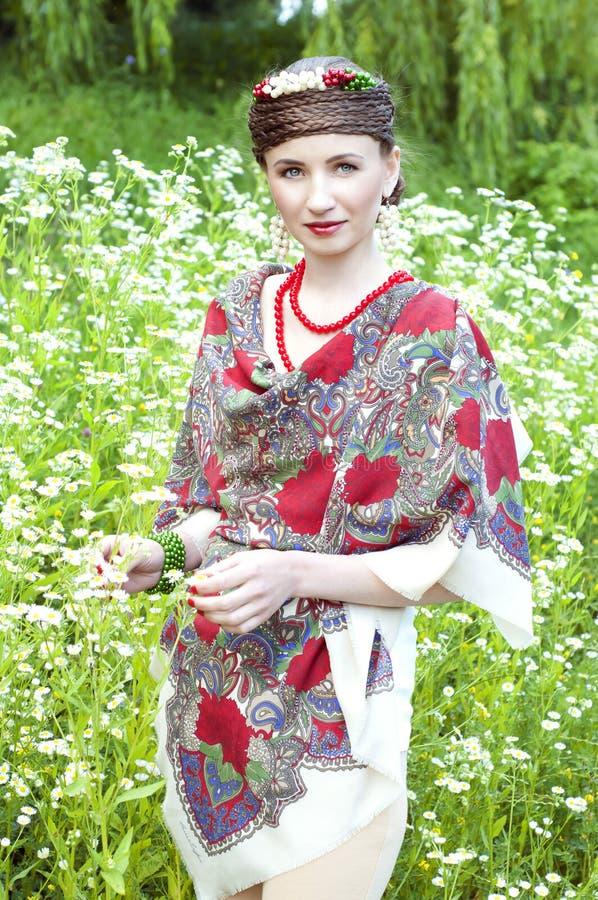 领域的愉快的斯拉夫民族的妇女 免版税库存照片