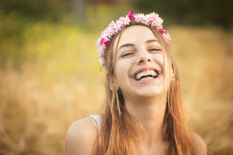 领域的美丽的女孩在太阳光 免版税库存照片