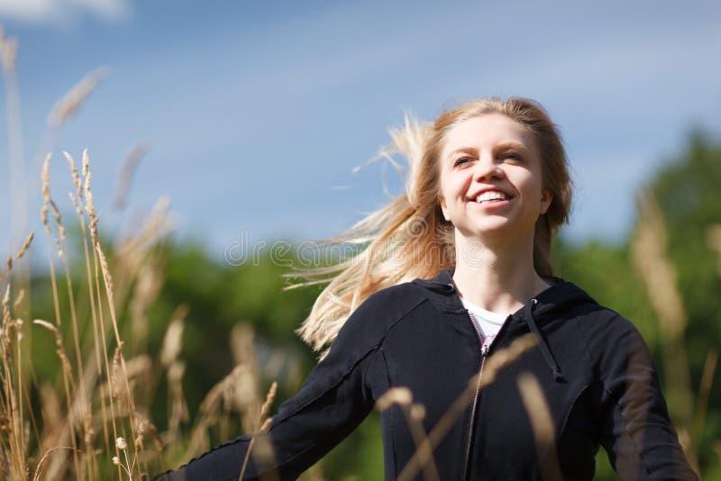 领域的年轻和愉快的女孩 免版税库存照片
