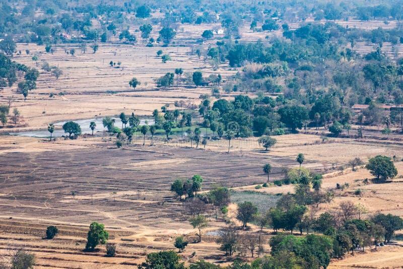 领域&小森林农业的风景空中照片从山小山绿色土地夏天视图上面有领域和ga的 免版税库存照片