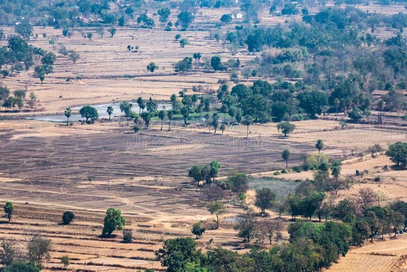领域&小森林农业的风景空中照片从山小山绿色土地夏天视图上面有领域和ga的 免版税库存图片