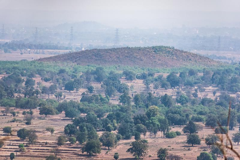 领域&小森林农业的风景空中照片从山小山绿色土地夏天视图上面有领域和ga的 库存图片