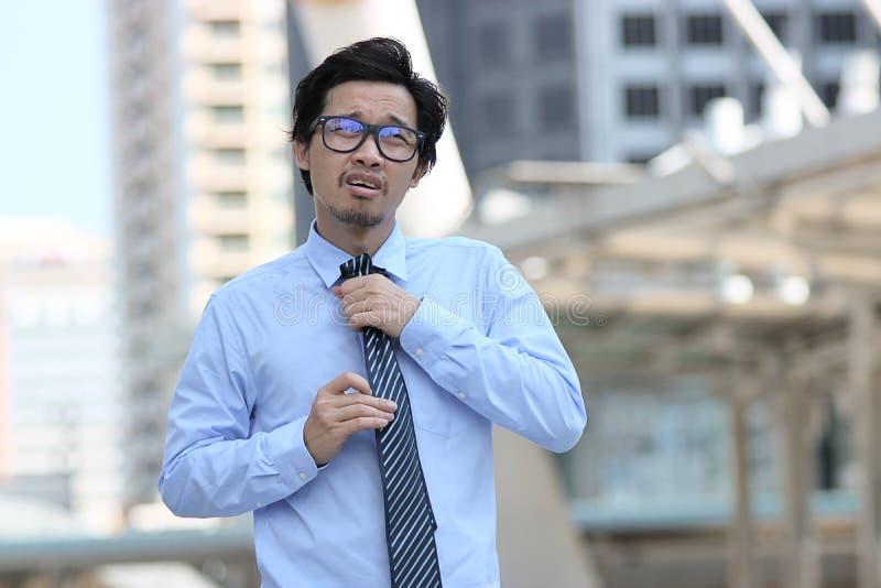 领导企业概念 画象确信年轻亚洲商人走和感人的领带用之间手去o 免版税图库摄影