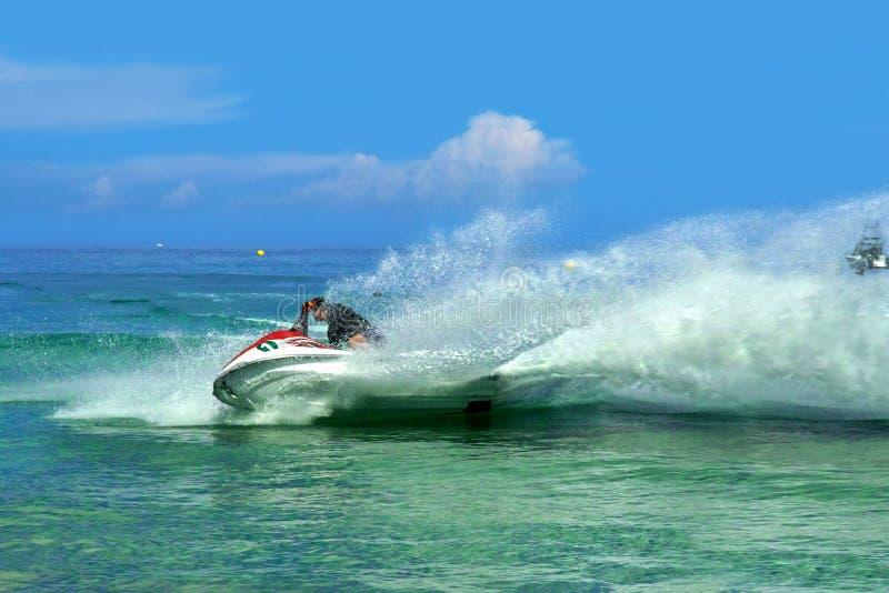 领导先锋。 迅速waterscooter,飞溅。 库存照片